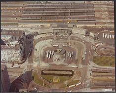 """Hetin2008 gesloopte Centraal Station van Rotterdam was een veelgeprezen werkvan architect Syboldvan Ravesteyn.Het Station gold algemeen als """"een belangrijk en beeldbepalend element van de Wederopbouw"""" enwas bovendien één van de weinige bewaarde stations van Van Ravesteyn in Nederland. OntwerpCentraal Station Het Centraal Station in Rotterdam, gebouwd tussen1954 en 1957, was één van de laatste grote …"""