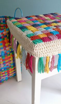 Author Pattern here: Free crochet tutorial (images) for stool cover Crochet Simple, Diy Crochet, Crochet Crafts, Crochet Ideas, Crochet Case, Tutorial Crochet, Diy Crafts, Vintage Crochet, Crochet Granny