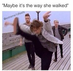 What r u doing Lou😂😂😂 One Direction Fotos, One Direction Images, Direction Quotes, One Direction Humor, I Love One Direction, Fith Harmony, Harry Styles Memes, Karate, Louis Tomlinsom