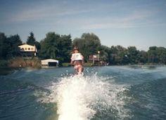 Izabela na vodních lyžích a Rekviem (kdyby to náhodou někdo nepoznal ;)) http://www.cooboo.cz/vydali-jsme/rekviem