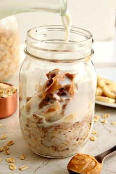 Peanut Butter Banana Overnight Oats recipe - the best way to eat oatmeal! Layer oats with banana peanut butter flax seeds brown sugar in a jar add milk and set in the fridge for the night. In the morning grab and go or pour into a bowl and enjoy! Overnight Oats In A Jar, Oatmeal In A Jar, Peanut Butter Overnight Oats, Peanut Butter Banana, Best Overnight Oats Recipe, Best Oats Recipe, Overnite Oatmeal, Peanut Butter Breakfast, Oatmeal Cups