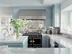 Pale blue cabinets, glossy thick countertops, a La Cornue range, and lots of sunlight. Home of Jennifer Lopez.love the blue Home Design, Küchen Design, Home Interior Design, Layout Design, Luxury Interior, Design Ideas, Floor Design, Glass Design, Classic Kitchen