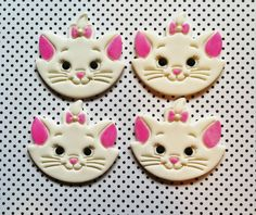 Does your daughter love The Aristocats? Let Marie be the center of your party! They are made of fondant so edible. These decorations measure Fondant Cat, Fondant Cupcake Toppers, Sweet Cookies, Sugar Cookies, Cat Birthday, Birthday Parties, Aristocats Party, Gata Marie, Disney Cakes