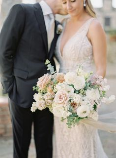 Flowers + sweet kisses | Photography: Sposto Photography