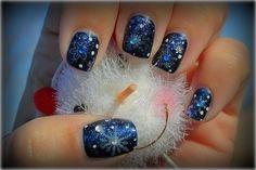 nail art Noël flocons de neige avec strass sur une base bleu nuit