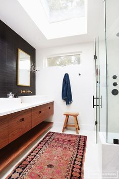 Boho Home Tour / oriental rug in the bathroom with black tile wall