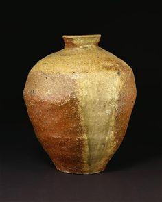 Jar, Shigaraki, 1400-1450, Japan    Photo (C) Victoria and Albert Museum, Londres, Dist. RMN-Grand Palais