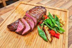 Ein Roastbeef für zwei. Wie man einfach viel Eindruck schindet mit einem perfekten Steak. Niedertemperaturgaren. In der Pfanne kurz auf beiden Seiten ultraheiß anbraten und dann im Backofen bei ganz wenig Temperatur das Fleisch lässig fertiggaren. Ob rare, medium oder welldone  das Fleisch gelingt selbst einem Kochanfänger zu 100 %!