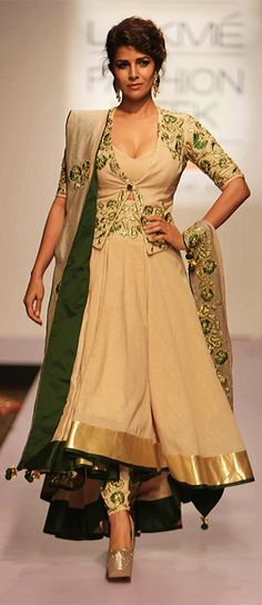 Nimrat Kaur turns showstopper at the LFW 2015 event...