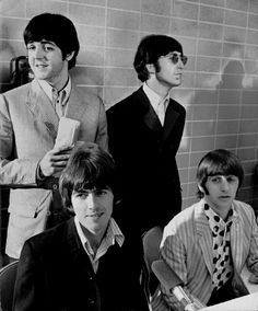 August 1966 - The Beatles - Paul McCartney, George Harrison, Ringo Starr and John Lennon - in Memphis in The Beatles, Foto Beatles, Beatles Photos, Beatles Band, Beatles Party, Beatles Guitar, Ringo Starr, George Harrison, Paul Mccartney