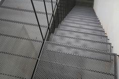 Structure en acier plat et barres de diam 12mm. Planchers et marches en tôle perforée R10T15 d'épaisseur 3mm. Peinture polyuréthane 2 composants gris foncé mat métallisé