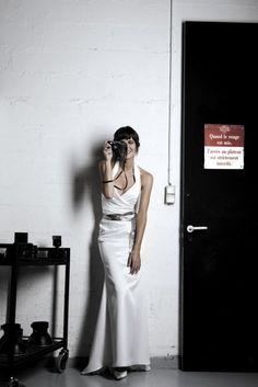 Elegancka suknia z satyny na ramiączkach. Srebrny pas pięknie podkreśla talię.