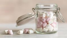 Marshmallows are pillow-soft, chewy sweets. Traditional marshmallows would have been made using the powdered root of the marshmallow plant, but modern preparations use gelatine or gum arabic, which are more easily obtainable. Recipes With Marshmallows, Homemade Marshmallows, Marshmallow Recipes, Diy Brush Cleaner, Bar A Bonbon, Diy Moisturizer, Moisturiser, Edible Glue, Gum Arabic