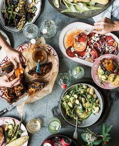 メイン料理は豪快に大皿で出すのがおすすめです。テーブルに置いた瞬間に場が盛り上がります。