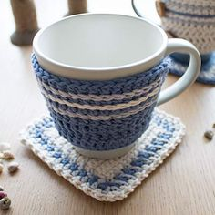 Tutorial: a cute crochet set for your favourite mug: a cute cosy (mug hug) with a matching coaster (rug). The pattern uses US terms and stitches include slip stitch (sl st); and increase (inc). Crochet Mug Cozy, Crochet Gifts, Cute Crochet, Crochet Yarn, Crochet Hooks, Crochet Coaster, Crochet Motifs, Crochet Patterns, Crochet Mandala
