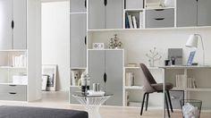 Un unique grand meuble de rangement mural, blanc, pour assurer tous les rangements d'une petite pièce (bureau, salon, chambre)