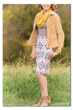 I love this pencil skirt @sugarbeecrafts made with the @simplesimonandco fabric. Totally making one for myself, because how cute would this be with boots?!