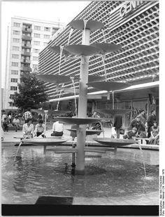 Suhl Centrum Warenhaus and fountain, October 1978
