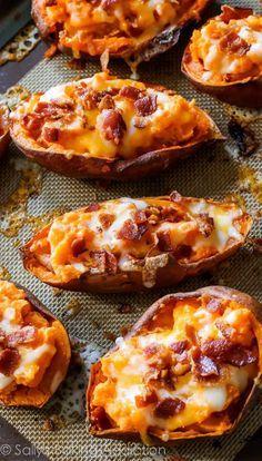 On se remonte le moral avec la patate douce recouverte de fromage râpé et de crème fraîche.Comment on fait ? On coupe en deux des patates douces rôties, on...