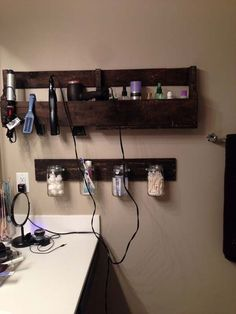 Make an easy pallet wall shelf for your bathroom storage.