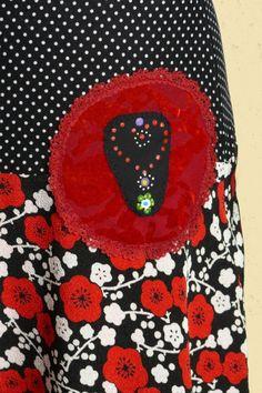 Bloemetjesrok in zwart en rood met handbeschilderde  Staphorster -stip applicatie