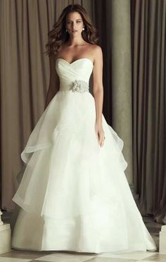 When i have my wedding, i wish that i have a beautiful, real and pure wedding, and a lovely, pretty and amazing designed dress like this!!