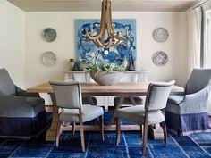 suspension design en bois massif, table rectangulaire assortie et chaises gris taupe assorties