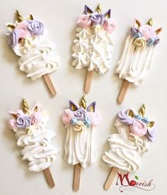 These gorgeous Unicorn Meringue-sicles or Meringue Pops made by Moreish Cakes Australia are such a unique twist on a fav theme right now! Combination of pink, purples, pastels and gold are so on trend right now! Click the image to get the recipe. Unicorn Birthday Parties, Unicorn Party, Cupcakes Lindos, Meringue Pavlova, Buckwheat Cake, Meringue Kisses, Cakepops, Savoury Cake, Sugar Cookies