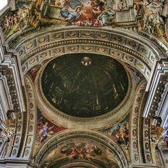 Parece um quadro! Mas é o teto di igreja de Sant'Ignazio di Loyola... Para mim uma verdadeira obra de arte! Essa cúpula que vocês vêem aí nem existe! Haha! Alguém já viu? . Lembre-se que nós fazemos o seu roteiro personalizado em Roma organizamos o seu transfer do/para o aeroporto e também sua hospedagem! info@emroma.com .  Veja mais no Snapchat Em_Roma  #Roma #europe #instatravel #eurotrip #italia #italy #rome #trip #travelling #snapchat #emroma#viagem #dicas #ferias #dicasdeviagem…