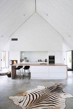 modernt kök med högt i tak och betonggolv
