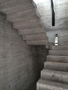 Muro de hormigon a la vista protagonista integracion de - Escaleras de hormigon ...