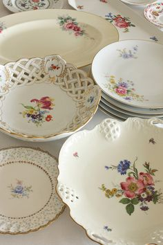 Shabby chic style looks like vintage style but it is not because Shabby Chic style uses really aged furniture and accessories. Antique Dishes, Vintage Dishes, Vintage Kitchen, China Plates, Plates And Bowls, Vintage Plates, Vintage China, Decoration Table, A Table