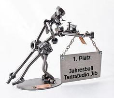 Metallmann u. Metallfrau - Tanzpaar beim Tanzen mit Schild
