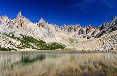 Este es el lago en districtos de los lagos en Argentina. Se puede nadar en el lago o dar una caminata en la montańa.