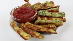 Crispy Baked Zucchini Fries Recipe – Low Carb with Parmesan – Crispy oven baked zucchini fries made with just 5 INGREDIENTS! Everyone will love this easy and healthy low carb Parmesan zucchini recipe. Baked Zucchini Parmesan, Vegan Zucchini Recipes, Zucchini Pommes, Healthy Zucchini, Vegetarian Recipes, Healthy Recipes, Recipe For Baked Zucchini, How To Bake Zucchini, Baked Parmesan Zuchinni
