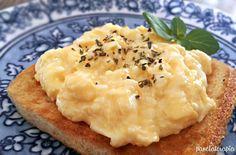 Ovos Mexidos Cremosos Para esta receita usaremos: 3 ovos; 3 colheres (sopa) de leite; 1 colher (sopa) de manteiga derretida; 1 colher (café) de sal. Comece retirando a membrana (aquela pelinha fina) que envolve as gemas para não deixar seus ovos com aquele forte odor. bata bem e coloque numa frigideira quente, mexendo sempre. sirva quente. obs.: pode-se acrescentar bacon, queijo e tempeirinhos, fica uma delicia!!!