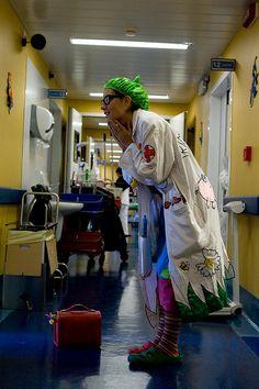 Dottoressa Irina Pirina    La Dottoressa Irina Pirina ripresa nel magico momento dell'ingresso in una stanza.    La Dottoressa Irina Pirina regala magia e sorrisi ai bambini ricoverati presso l'Istituto Gaslini di Genova, l'Ospedale Sant'Andrea di Spezia e gli Spedali Riuniti di Livorno.