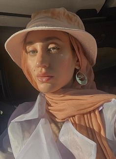Discover with these looks how you can wear hoop earrings with different outfits and hairstyles. Modern Hijab Fashion, Street Hijab Fashion, Hijab Fashion Inspiration, Muslim Fashion, Aesthetic Fashion, Fashion Outfits, Modest Fashion, Hijab Style Tutorial, Head Scarf Styles