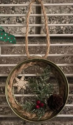 Mason Jar Lid with Chicken Wire Ornament christmasmasonjars 3d Christmas, Christmas Mason Jars, Christmas Ornament Crafts, Rustic Christmas, Christmas Projects, Holiday Crafts, Christmas Decorations, Primitive Christmas Ornaments, Christmas Ideas