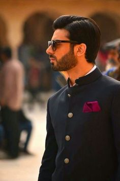 A complete guide for groomsmen to get that classy and suave look for their best friend's wedding. All the groomsmen 'to-be', take note! Indian Men Fashion, Men's Fashion, Fashion News, Bollywood Actors, Bollywood Fashion, Wedding Wear, Wedding Suits, Wedding Dress, Indian Groom Wear