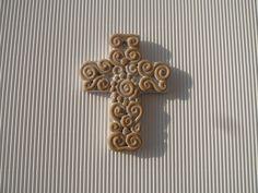 Croce in terracotta smaltata sul fondo, realizzata a mano con decori a colombino. Bomboniere 2013