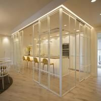 Reforma integral piso con cocina comunicada al salón mediante mampara blanca de cristal. Sube Interiorismo, Bilbao #interiordesign #interiordesignideas #interiorstyling #interiores #interiorismo #decoración #decoraciondeinteriores #whitekitchen #white #yellow