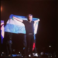 One Direction Girls ♥: Concierto en Buenos Aires, Argentina We Are Tour de Mayo) One Direction 2014, Grupo One Direction, One Direction Posters, One Direction Lyrics, One Direction Pictures, Louis Tomlinson, 1d Tour, Where We Are Tour, One Of The Guys