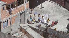 Moradores fazem caminhada pedindo paz no conjunto de favelas do Alemão População faz protesto após mortes de moradores em confrontos. PMs de UPPs e do Comando de Operações Especiais reforçam policiamento.