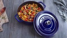This yummy recipe is the perfect blend of fresh veggies, sauteed chicken and rice pilaf. VEGETABLE PILAF WITH SAFFRON AND CHICKEN BREASTS Portion 4 Staub Recipe, Cocotte Staub, Cocotte Recipe, Great Recipes, Favorite Recipes, Recipe Ideas, Spatchcock Chicken, Dutch Oven Recipes, Cast Iron Recipes
