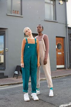 'The Organic Original' Corduroy Dungarees in Teal NEW! Organic Cotton Dungarees in Teal! Designed in the UK by Lucy and Yak and ethically manufactured and handmade in India! We're loving teal dungarees this spring and summer and we're so happy to reveal Indie Outfits, Retro Outfits, Cool Outfits, Vintage Outfits, Casual Outfits, Beautiful Outfits, Fashion 90s, Fashion Outfits, Style Salopette
