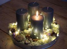 Adventskrans med grå lys, hvidmos, naturpynt, pudderlyserød og lyskæde