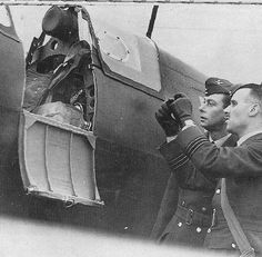 King George VI inspecting early Spitfire MK I. Details of cockpit hatch and de-misting breakout panel on port side of canopy Air Force Aircraft, Ww2 Aircraft, Fighter Aircraft, Spitfire Airplane, The Spitfires, Supermarine Spitfire, Battle Of Britain, Modern History, Royal Air Force