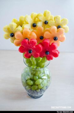 Un bouquet de fruits - A Gradient of Fruity Flowers L'art Du Fruit, Deco Fruit, Fruit Art, Fruit Trays, Fruit Salad, Fruit Snacks, Fruit Cakes, Fruit Kabobs, Fresh Fruit