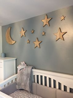 Baby Kinderzimmer Junge - Moon and Stars made from pallets reclaimed wood for the nursery Star Themed Nursery, Girl Nursery Themes, Nursery Twins, Star Nursery, Baby Nursery Decor, Baby Bedroom, Baby Boy Rooms, Baby Boy Nurseries, Nursery Ideas